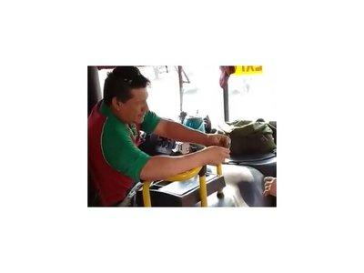 VIDEO: Chofer de micro devolvió la plata a vendedora