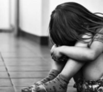 Condenan a mujer que permitía que su padrastro la violara
