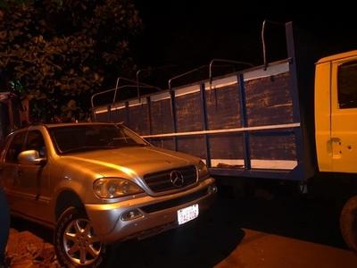 Camión cargado con contrabando embiste contra camioneta