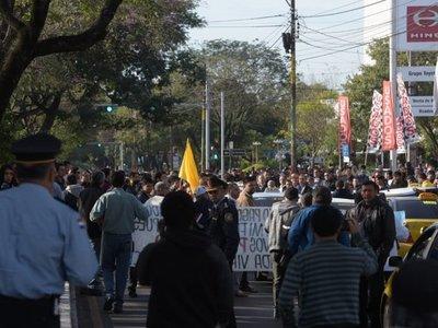 Policía advierte que puede aprehender a taxistas que cierren las calles