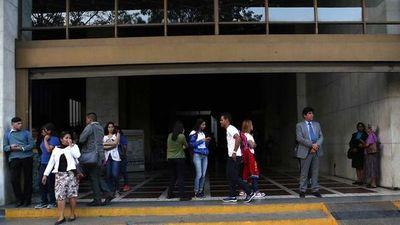 Apagón cumple 15 horas en Venezuela con reconexión parcial del servicio