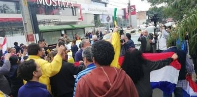 HOY / Caótico tránsito: taxistas bloquean importantes vías