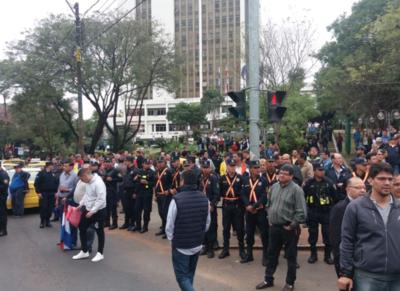 Detienen a un taxista por generar disturbios