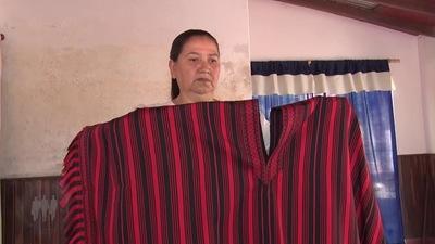 Gobierno entrega 10 millones a artesana del poncho de 60 listas