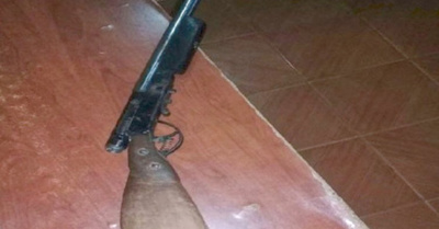 Manipulaba escopeta y de chiripa se dio un tiro