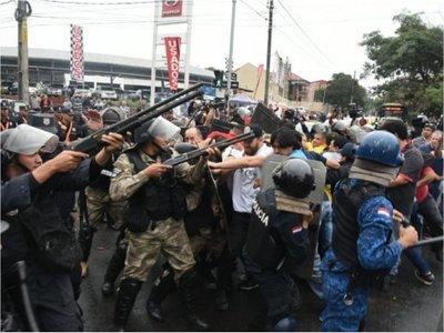 Protesta de los taxistas dejó  policías y periodistas heridos