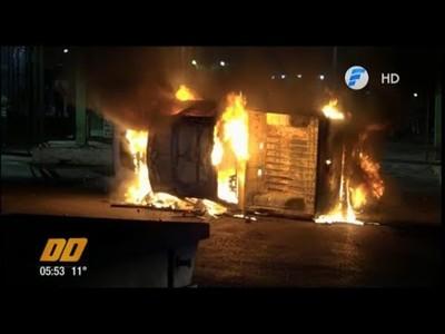 Turba atacó el Abasto: Robaron tomates y quemaron una camioneta
