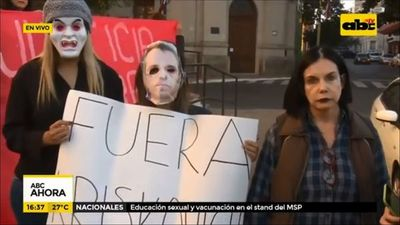 Manifestantes piden renuncia de Cristian Kriskovich