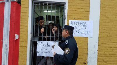 Colegio España: Estudiantes dicen que directora les maltrata, pero ella niega
