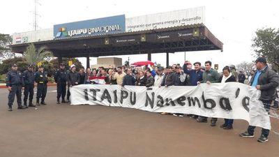Directora de RRHH de la Municipalidad de CDE se manifiesta en Itaipú Binacional