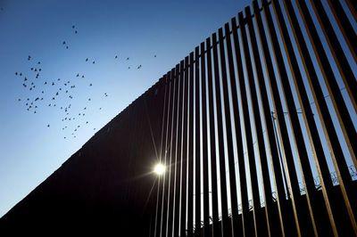 """""""Gran victoria"""" para Trump, autorizado a usar fondos militares para el muro  EEUU-México"""