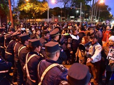 Manifestantes intentan llegar hasta Mburuvicha Róga
