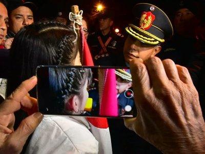 """""""No somos terroristas"""", la niña que encaró a un comisario en plena manifestación"""