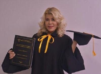 Karina Cardozo ya es licenciada y obtuvo una mención de honor