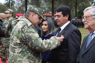 """Medalla de honor"" para intendente de Hernandarias"