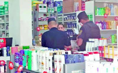 Travestidos roban cosméticos de farmacia en Franco