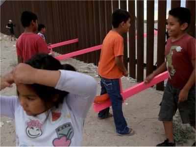 México y EEUU: Colocan sube y baja que traspasa fronteras
