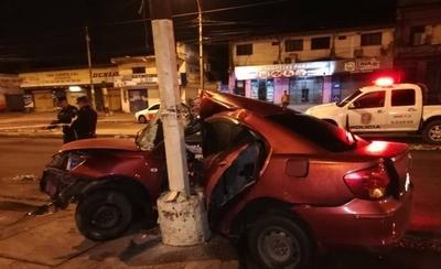 HOY / Vehículo se incrusta contra columna: conductor está grave