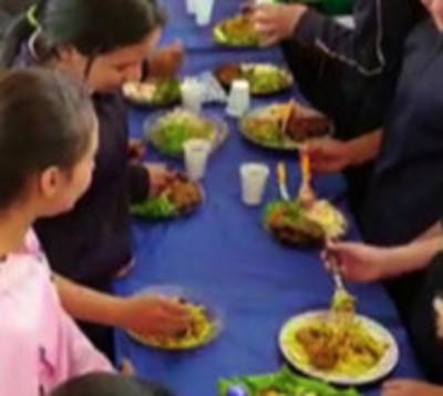 A falta de almuerzo escolar, ellos consumen su cosecha