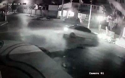 Automovilista casi atropella dos veces a un motociclista