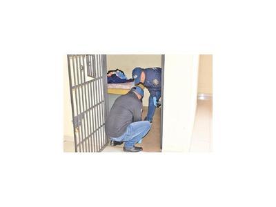 Utilizando una pajita, sospechoso de abuso escapó de un calabozo