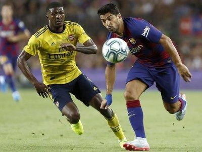 Luis Suárez le da el Trofeo Gamper al Barça