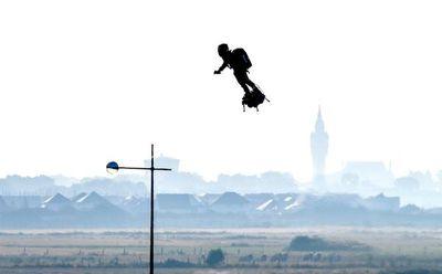 Francés logra cruzar Canal de la Mancha en tabla voladora