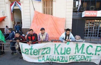 Caaguaceños reclaman construcción de 62 viviendas frente al MUVH