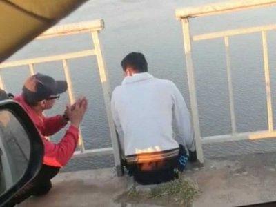 Mochilero evitó que un joven se tire del puente