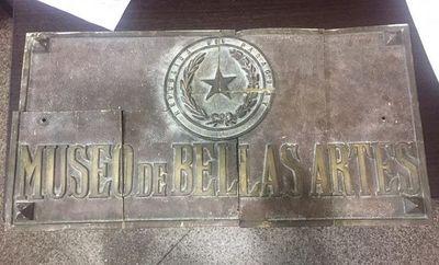 Recuperan placa robada a Museo de Bellas Artes