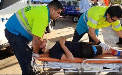 Dos jóvenes asaltan, chocan y caen