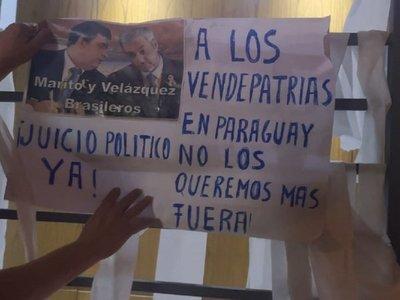 Empapelan casa de Alliana por no apoyar pedido de juicio político