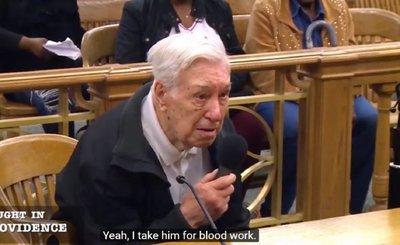 Defensa de anciano de 96 años ante juez conmueve en redes sociales