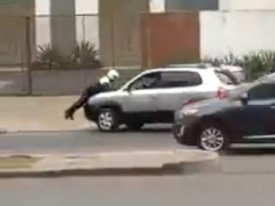 Conductor golpeó y llevó sobre el capó a agente de PMT