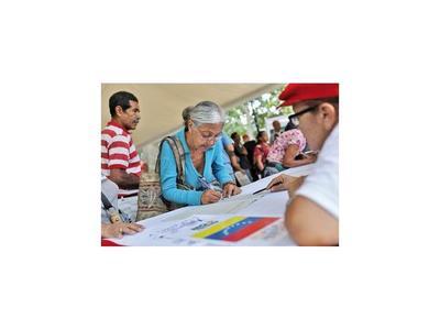 Chavistas colectan firmas contra el bloqueo de EEUU