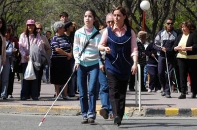 Personas con discapacidad visual y acompañante no pagan pasaje