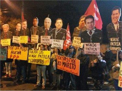 Paraguay Pyahurã escracha a Mario Abdo Benítezfrente a su vivienda