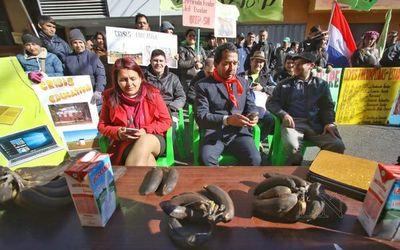 Docentes protestan contra crisis educativa frente al MEC