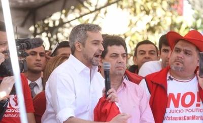 """HOY / Junto a su vice, Abdo saluda a hurreros y funcionarios: """"Acá nadie viene arreado"""""""