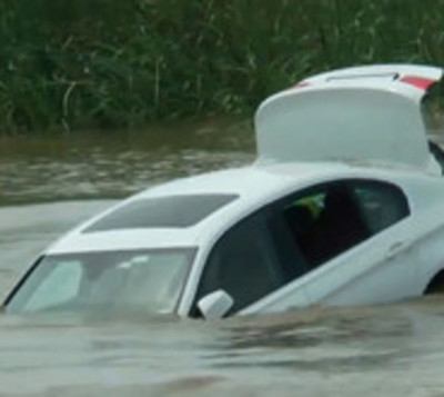 Arrojó su BMW al río por que él quería un Jaguar