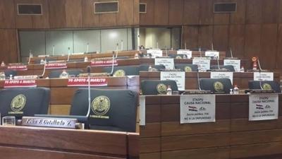 """HOY /  """"Juicio político ya""""... """"Yo apoyo  a Marito"""": guerra de carteles y  calcomanías en el Parlamento"""