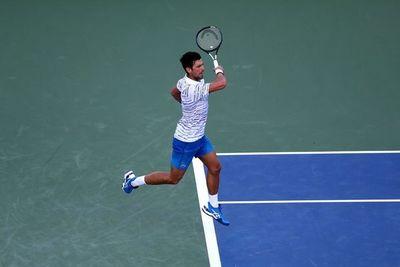 Djokovic comienza la defensa del título con triunfo