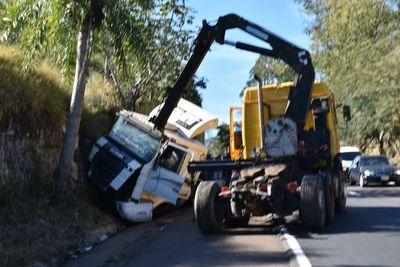 Un camión de gran porte volcó en el cerro Caacupé