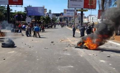 Manifestantes atacaron camión y fueron reprendidos por antimotines