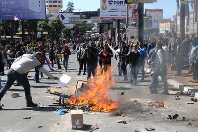 Manifestación a favor del juicio político a Marito y Velázquez con actos de violencia
