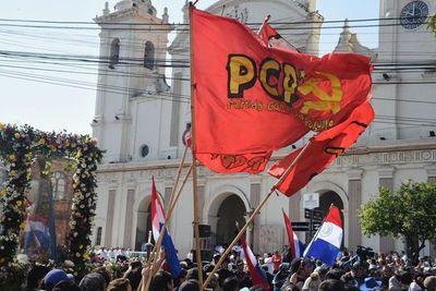 Adherentes del Partido Comunista protestan frente a la Catedral