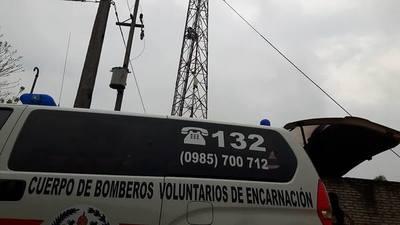 ITA PASO: BOMBERA RESCATA A JOVEN QUE SUBIO A UNA ANTENA PARA SUICIDARSE