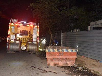 Dos personas resultan heridas tras chocar contra un contenedor
