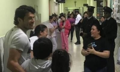 Haedo Valdez visitó a los niños en un hospital