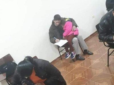 Rindió con su hijita en el regazo